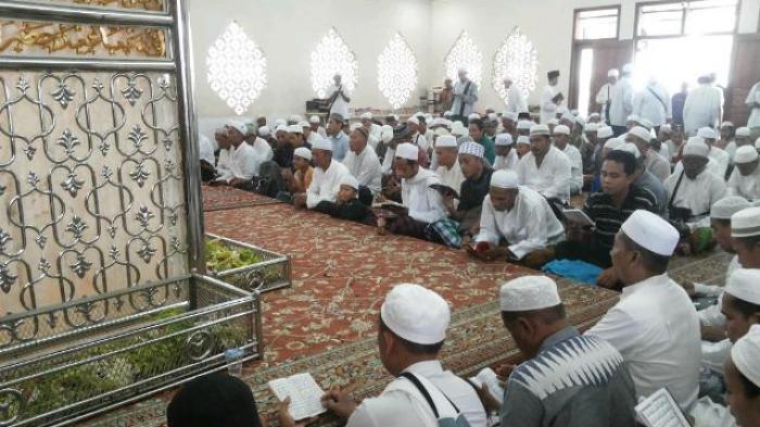 guru  - Ziarah dan Kegiatan Keagamaan di Mushalla Ar Raudhah Sekumpul Diistirahatkan