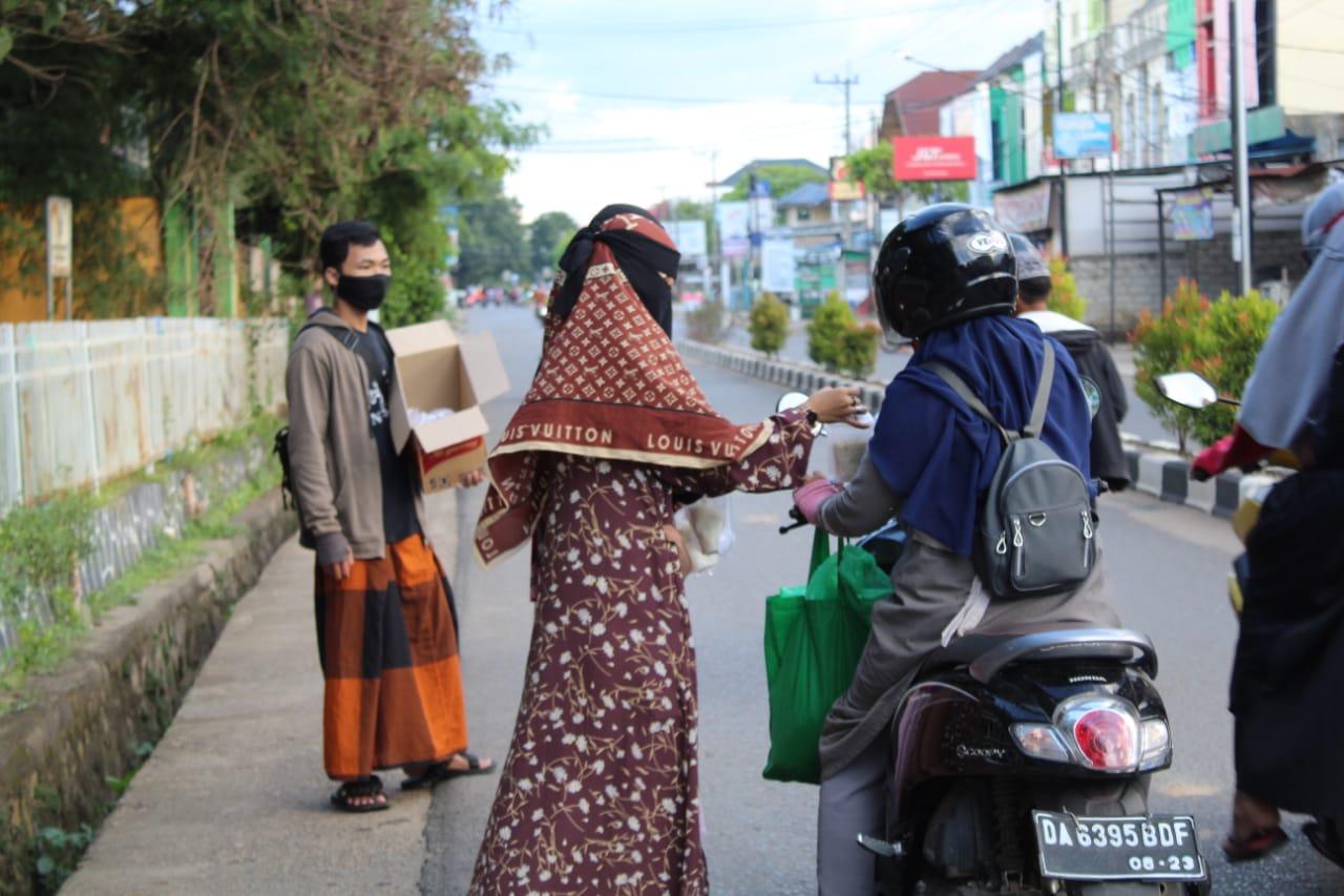 takjil - Hari Kedua Bagi-bagi Takjil, NU Banjar Peduli Sasar Warga Mentri Empat