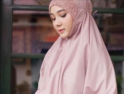 Mukena premium Siti Khadijah detail kepala brukat brokat ren.png 1 - Sholat Wanita dengan Dagu Terbuka, Tidak Sah?