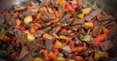 Hukum daging kurban dibagikan dalam bentuk sajian perjamuan